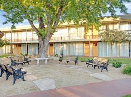 Super 8 by Wyndham Meadow Wood Courtyard, hotel in Reno