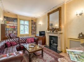 Elegant 2 BR apartment in Paddington, hotel with jacuzzis in London