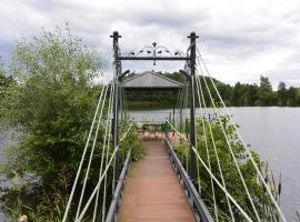 U Zuzanny - dom z prywatnym jeziorem, family hotel in Stara Kiszewa