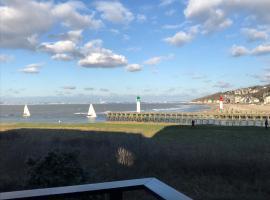 Au petit port de Deauville - studio avec vue mer, hotel near Trouville Beach, Deauville