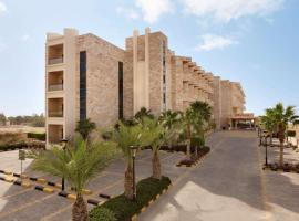 Ramada Resort Dead Sea, hotel in Sowayma
