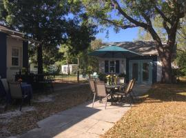 Ozona Bungalow & Guesthouse, 5 minutes from Honeymoon Beach, with Bikes & Dog Friendly, hotel near Wall Springs Park, Palm Harbor