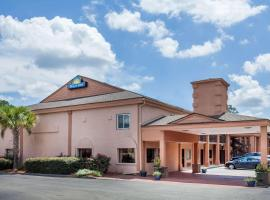 Days Inn by Wyndham Columbia, motel in Columbia