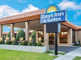Days Inn & Suites by Wyndham Logan, hotel in Logan