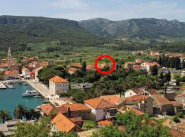Apartments with a parking space Jelsa, Hvar - 8713, hotel in Jelsa