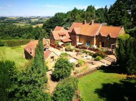 Heath Farm Holiday Cottages, golf hotel in Swerford