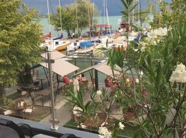 Calypso Lakeside Rooms & Lux Apartments, guest house in Siófok