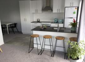 2BD Family or Couples Guesthouse Upstairs Bundall, hotel in Gold Coast