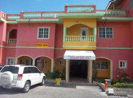 Tropical Court Resort Near Montego Bay Airport, hotel en Montego Bay