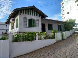 Opa Haus - Pousada & Hostel, guest house in Itajaí