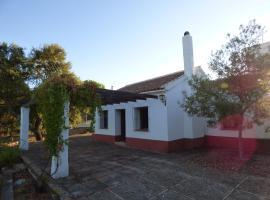 """Casa de campo """"El Gorrión"""", hotel in Cazalla de la Sierra"""