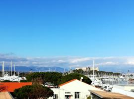 2P dans le vieil Antibes avec balcon sur la marina, self catering accommodation in Antibes