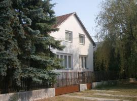 Fenyveskert Üdülőház, country house in Balatonfőkajár