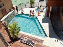 Maxmee Resort (formally Surfers Paradise Backpackers), hostel in Gold Coast