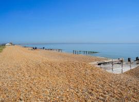 LUXURY BEACHFRONT OUTSTANDING 2 bedroom APARTMENT, hotel near Pevensey Castle, Eastbourne