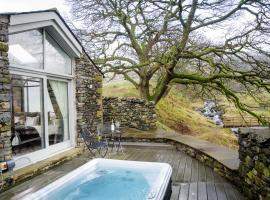 The Cow Shed - with hot tub, hotel in Kirkby Lonsdale