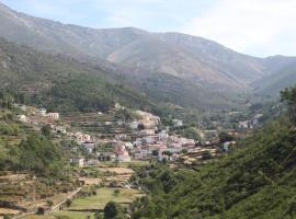 Casa da Ponte, farm stay in Alvoco da Serra