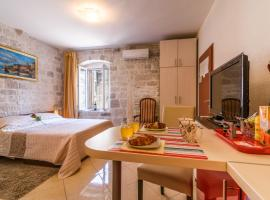 Apartments Dora, hotel near Kamerlengo Castle, Trogir