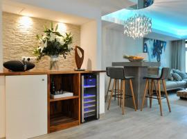Luxury apartment in La Isla, Puerto Banus, hotel dicht bij: Roman Villa of Rio Verde, Marbella