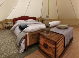 La Fortinerie Glamping Bell Tent, luxury tent in Mouliherne