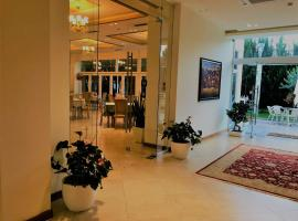 Grand White City Hotel, hotel in Berat