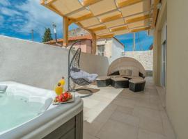 Villa Donato with Jacuzzi, hotel 5 estrellas en Zadar