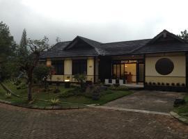 Designer Villa Osaka, hotel in Puncak