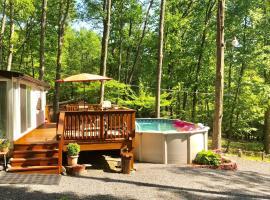 Pocono cabin, PRIVATE pool Shawnee/Camelback, ski resort in East Stroudsburg