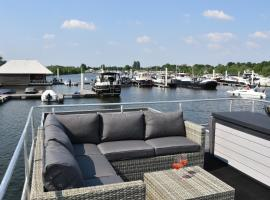 """Cosy floating boatlodge, """"Paris"""", self catering accommodation in Maastricht"""