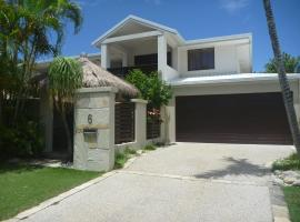 OASIS 5 BEDROOMS 3 BATHROOMS HOUSE, hotel in Noosaville
