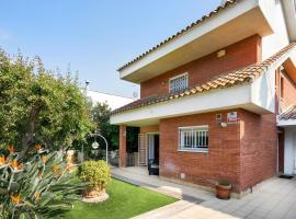 Preciosa casa cerca de la playa, hotel with jacuzzis in Castelldefels