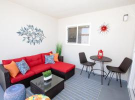 Big Balcony - Parking Spot - King Bed - Fast WiFi, apartment in Long Beach