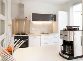 Lovely home, 3 bedrooms, WiFi, private parking, holiday home in Amsterdam