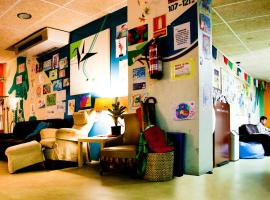 Be Dream Hostel, hotel in Badalona