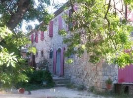 Joli T2 1er etage ancienne bergerie, hôtel à La Seyne-sur-Mer près de: Naval Base Toulon