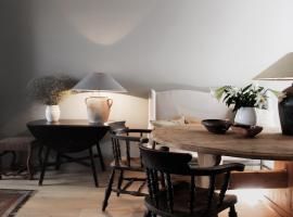 Unique, Charming & Centrally Located Cottage - Aubrey, pet-friendly hotel in Bruges