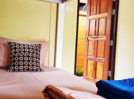 Baan Hinlad Home and Hostel, hostel in Lipa Noi