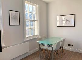 Stylish 2 Bedroom Maisonette in Victoria, hotel in London