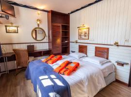 Boat Hotel De Barge, hotel in Bruges