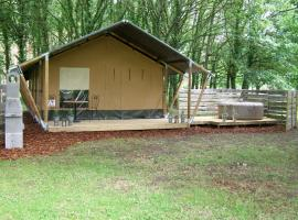 La Fortinerie Glamping Safari Tent with Hot Tub, luxury tent in Mouliherne