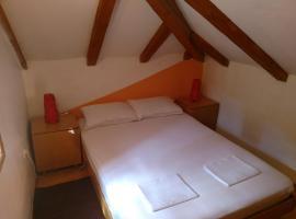 Apartment Flora, hotel in Cres