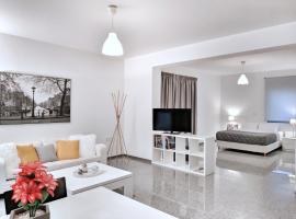 Brand new budget apartment next to Iaso and Oaka, hotel near The Mall Athens, Athens