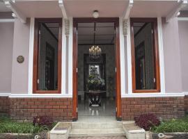 Huis Van Gustafine Floor 2, villa in Malang