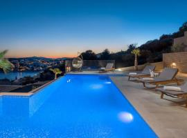 Luxury Villa White Pearl with Pool, hotel with jacuzzis in Trogir