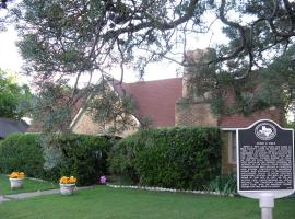 Alla's Historical Bed and Breakfast, Spa and Cabana, vacation rental in Dallas