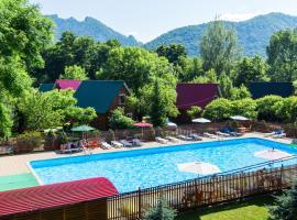 Gornaya Derevnia, hotel with pools in Dakhovskaya