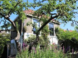 Apple Tree Cottage - charming detached canalhouse in our garden - city heart Gouda, hotel near Gouda Goverwelle Station, Gouda