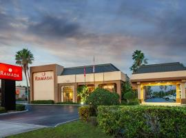 Ramada by Wyndham Orlando Florida Mall, hotel perto de The Florida Mall, Orlando