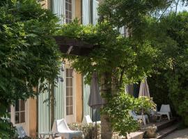 Logis Hôtel Castel Mouisson, hotel near Avignon TGV Train Station, Barbentane