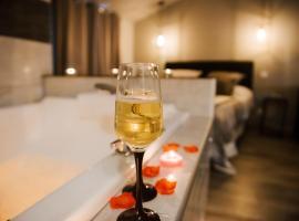 La Suite Romantique avec Jacuzzi au Cœur de Perpignan, hotel in Perpignan
